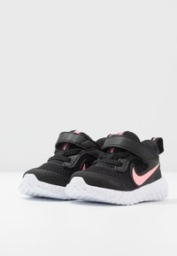 Nike Performance - REVOLUTION 5 UNISEX - Neutrale løbesko - black/sunset pulse - 3