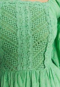Lace & Beads - CAYLEE DRESS - Koktejlové šaty/ šaty na párty - green - 5