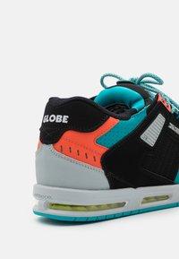 Globe - SABRE - Skateschoenen - black/grey/multicolor - 5