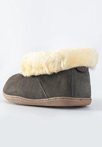 Minnetonka - SHEEPSKIN ANKLE BOOT - Pantoffels - grey - 4