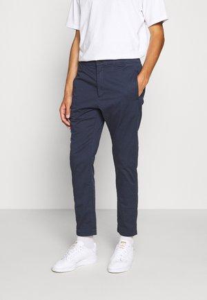CARL - Chino kalhoty - navy blazer
