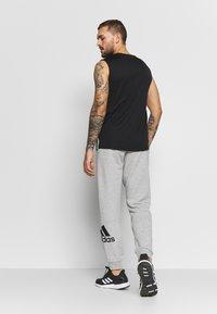 adidas Performance - MUST HAVES SPORT TAPERED SWEAT PANT - Pantalon de survêtement - grey - 2