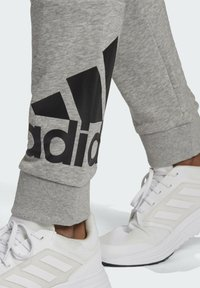 adidas Performance - ESSENTIALS FRENCH TERRY TAPERED CUFF LOGO JOGGERS - Pantalon de survêtement - grey - 4