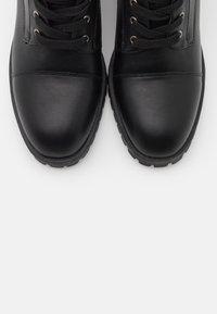 Madden Girl - HARLEE - Šněrovací kotníkové boty - black - 5