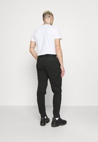 Nike Sportswear - PANT - Spodnie treningowe - black/mean green - 2