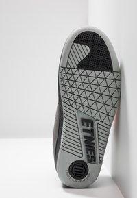 Etnies - CALLI-CUT - Obuwie deskorolkowe - grey/black/orange - 4