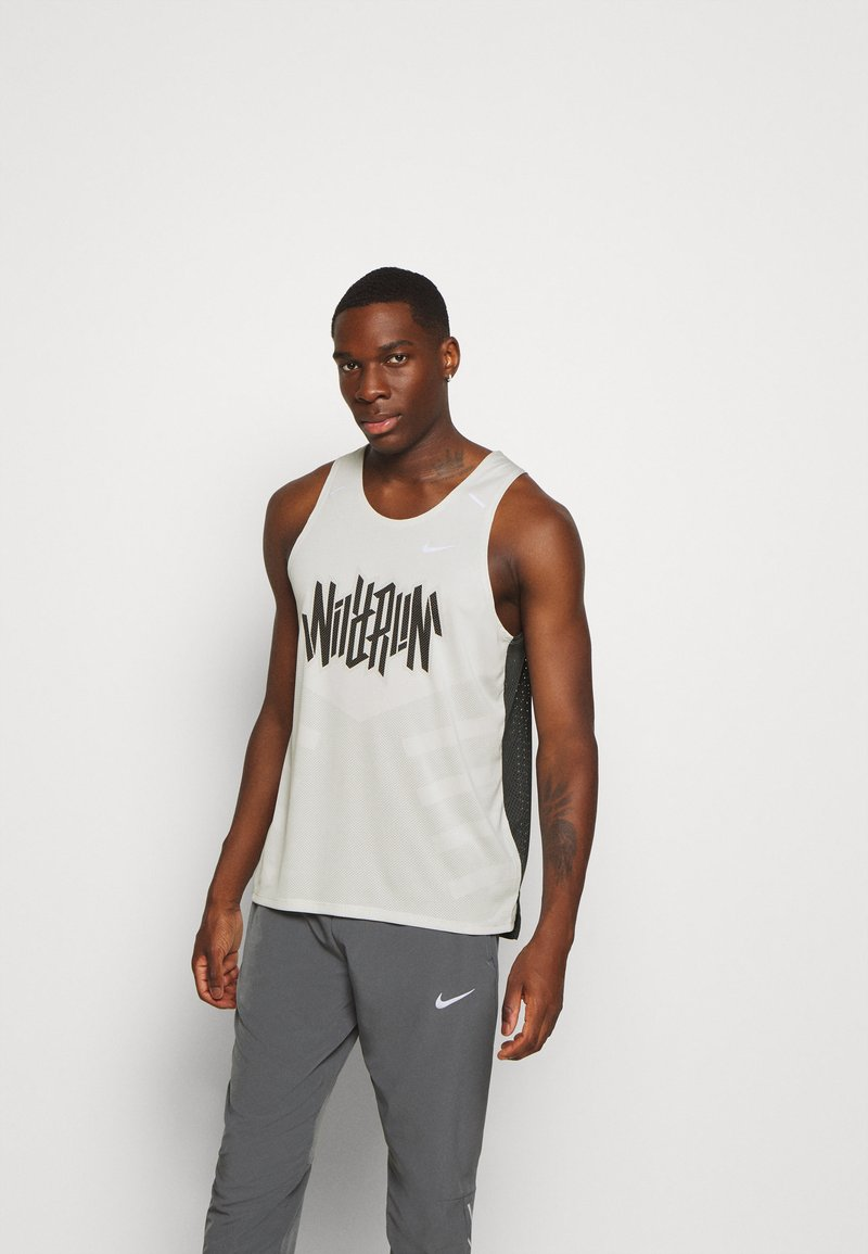Nike Performance - RISE TANK - Sportshirt - light bone/smoke grey