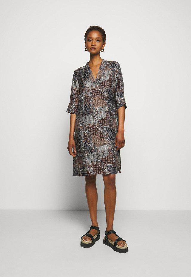 AMBAR - Korte jurk - pattern