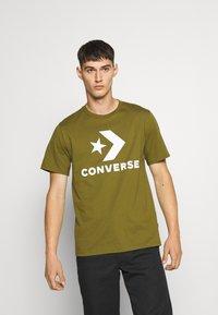 Converse - STAR CHEVRON TEE - Print T-shirt - cypress green - 0