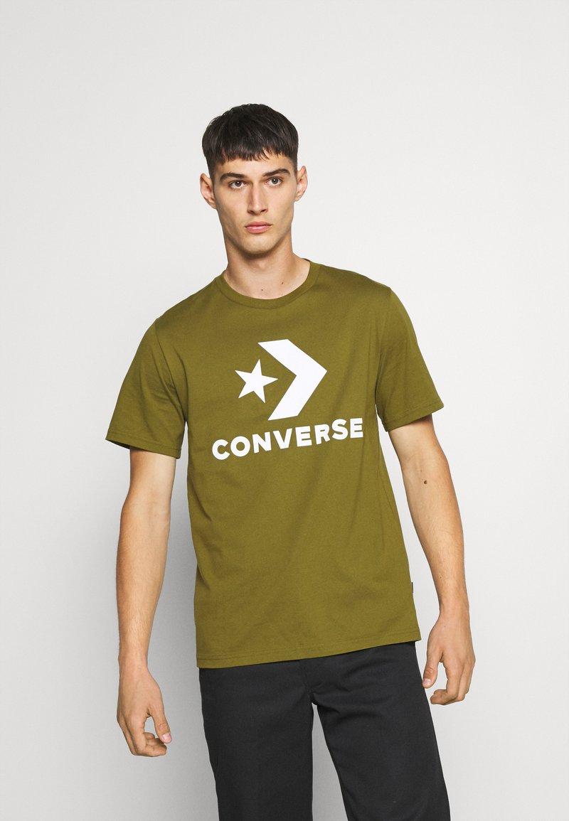 Converse - STAR CHEVRON TEE - Print T-shirt - cypress green