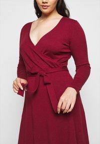 Vero Moda Curve - VMKARISARA WRAP DRESS - Pletené šaty - cabernet - 3