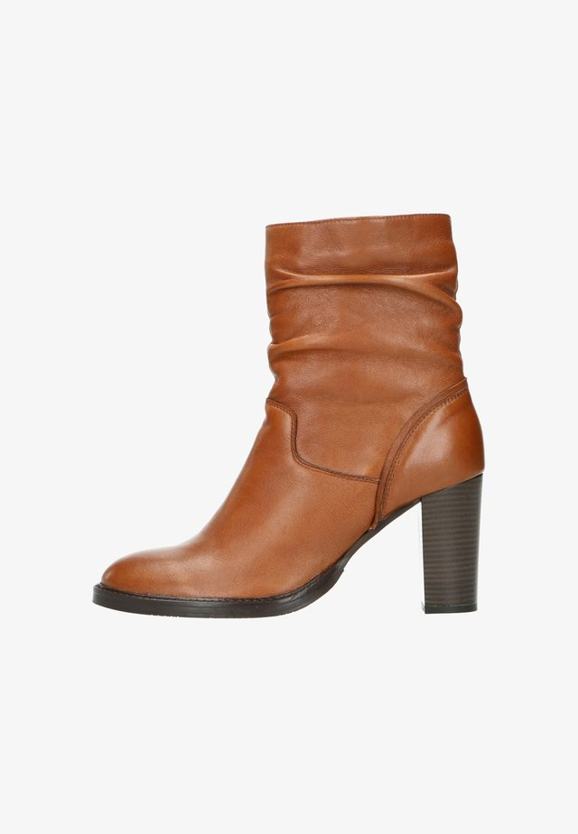 MIT ABSATZ - High heeled ankle boots - cognac