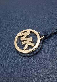 MICHAEL Michael Kors - VOYAGER TOTE - Handbag - navy - 5