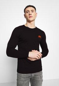 Alpha Industries - SMALL LOGO  - Long sleeved top - black/neon orange - 3