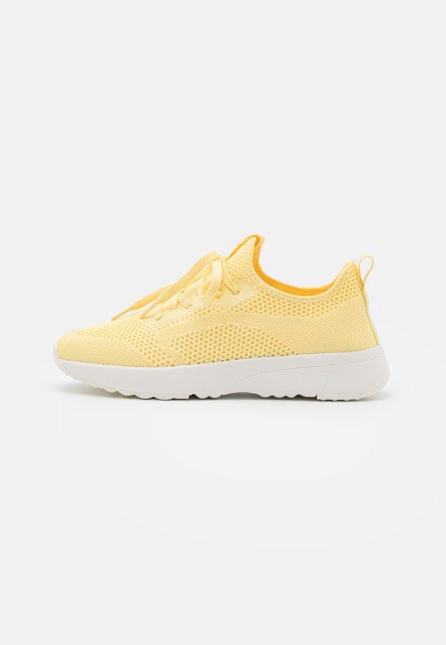 LOLETA  - Sneakers laag - yellow
