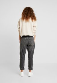 Topshop Petite - MOM CLEAN - Jeansy Relaxed Fit - washed - 2