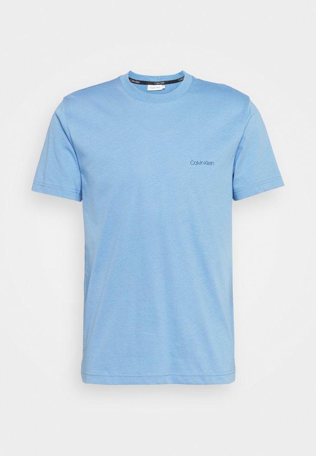 CHEST LOGO - Basic T-shirt - sky cloud