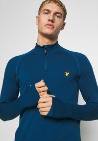 Lyle & Scott - PERFORMANCE SEAMLESS MIDLAYER - Sports shirt - deep fjord marl - 3