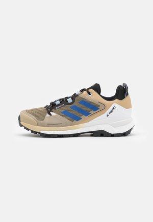 TERREX SKYCHASER 2 GORE-TEX - Scarpa da hiking - beige tone/bold blue/core black