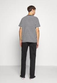 Nudie Jeans - LAZY LEO - Chino kalhoty - black - 2