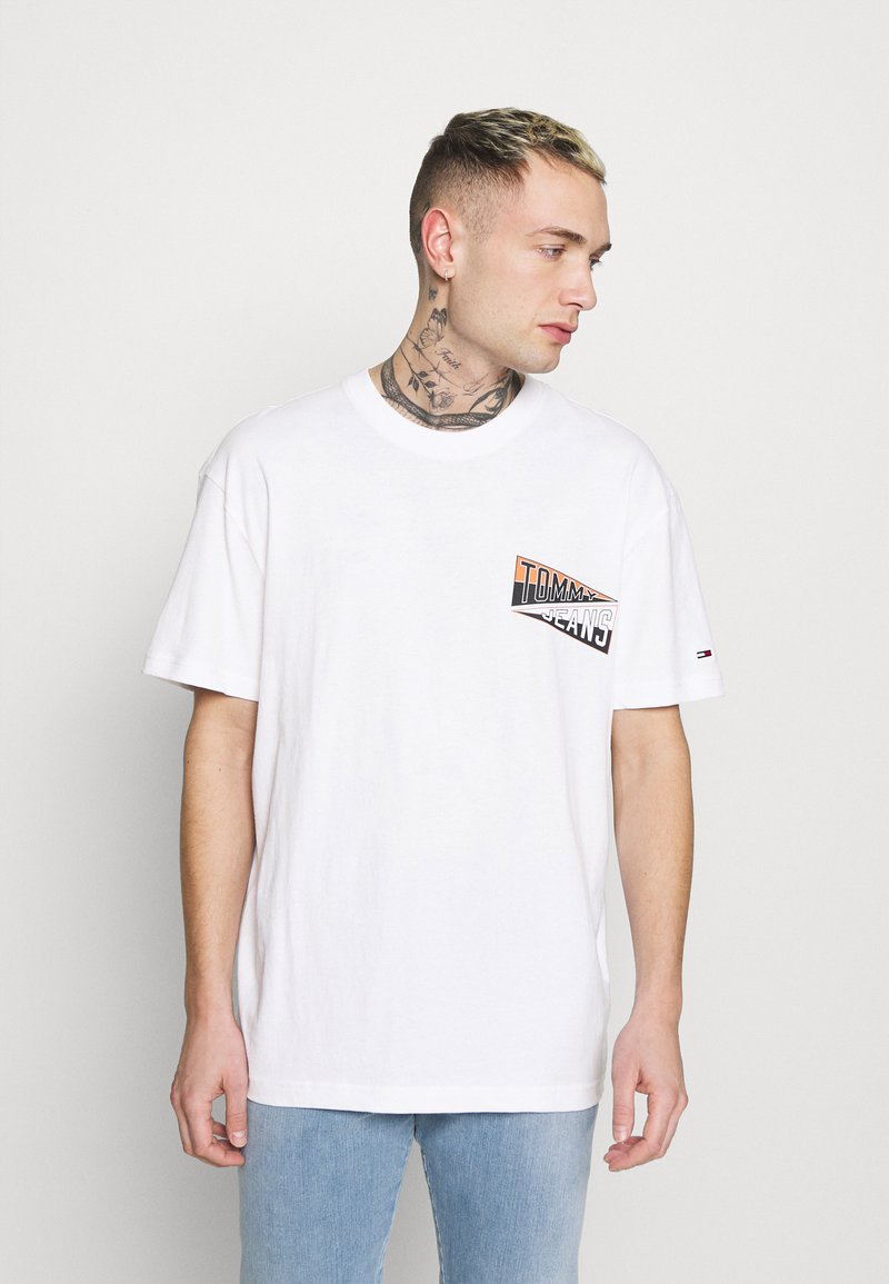 Tommy Jeans - BACK GRAPHIC TEE UNISEX - Print T-shirt - white