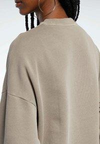 Reebok Classic - REEBOK CLASSICS NATURAL DYE OVERSIZE CREW DRESS - Sweatshirt - grey - 4