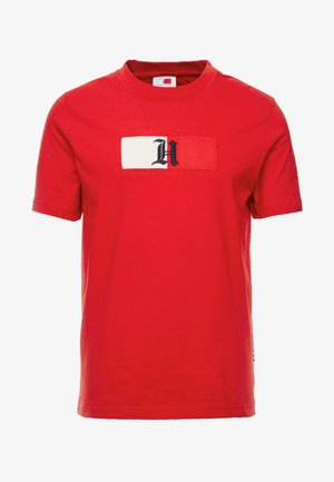 LEWIS HAMILTON FLAG LOGO TEE - Print T-shirt - red
