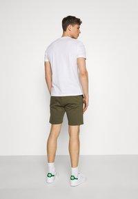 Pier One - 2 PACK - Shorts - khaki/dark blue - 2