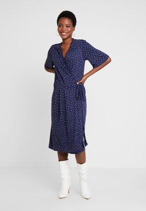 PRINTED - Žerzejové šaty - blue/pink