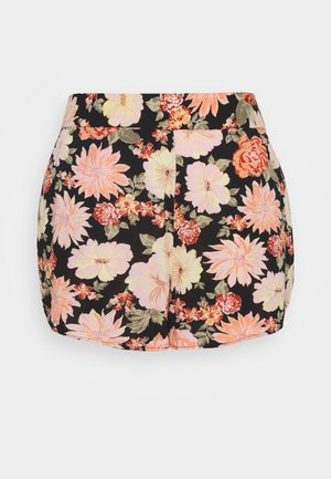PCNYA CURVE - Shorts - black