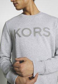 Michael Kors - GARMENT DYE LOGO - Sweatshirt - heather grey - 4
