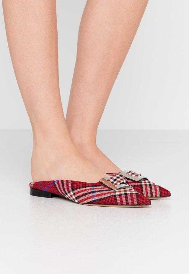 Pantolette flach - rosso/nero