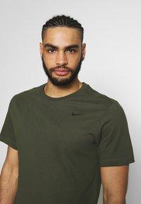 Nike Performance - DRY TEE CREW SOLID - Basic T-shirt - khaki - 3