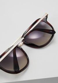 Guess - Sluneční brýle - havana - 5