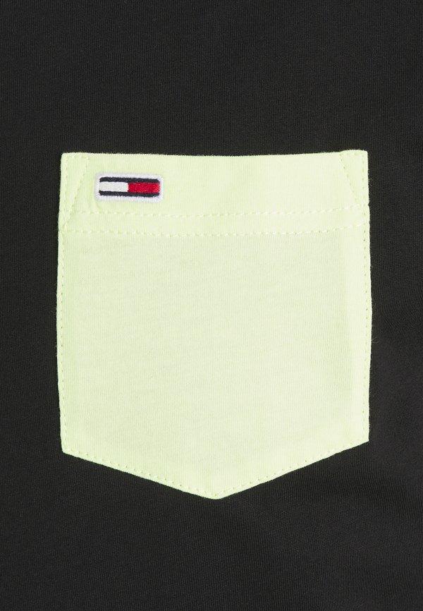 Tommy Jeans CONTRAST POCKET TEE - T-shirt z nadrukiem - black/czarny Odzież Męska DRIN