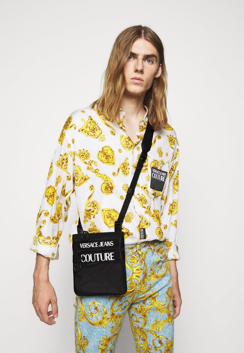 Versace Jeans Couture - UNISEX - Taška spříčným popruhem - nero