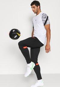Nike Performance - ACADEMY PANT - Træningsbukser - black/bright crimson - 3