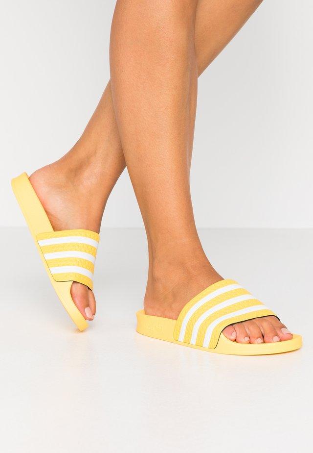 ADILETTE  - Sandalias planas - core yellow/footwear white