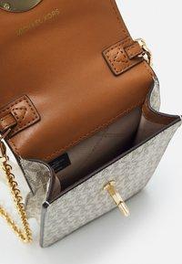 MICHAEL Michael Kors - CHARM PHONE XBODY - Across body bag - vanilla/acorn - 3