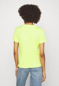 Guess - ICON  - T-shirt z nadrukiem - yellow glow - 2
