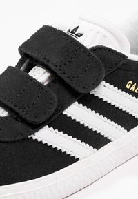 adidas Originals - GAZELLE - Sneakers - core black/footwear white - 5