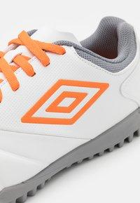 Umbro - TOCCO CLUB TF - Kopačky na umělý trávník - white/carrot/frost gray - 5
