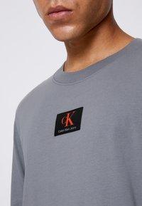 Calvin Klein Jeans - CUFFED BADGE TEE - Maglietta a manica lunga - shining armor - 5