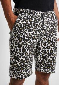 Urban Classics - STRETCH - Shorts - white leo - 3