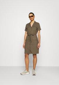 Moss Copenhagen - ERIA EMERSON DRESS - Košilové šaty - grape leaf - 1
