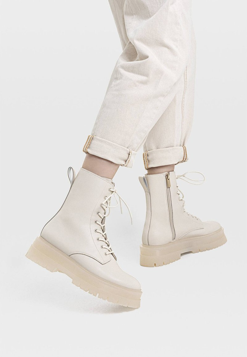 Stradivarius - MIT SCHNÜRUNG - Lace-up ankle boots - white