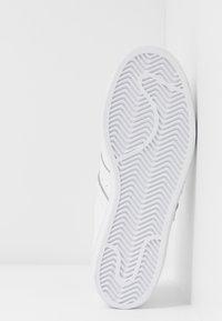 adidas Originals - SUPERSTAR - Sneakersy niskie - footwear white/gold metallic - 8