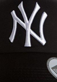 New Era - MLB CLEAN TRUCKER NY YANKEES - Cap - black/white - 6