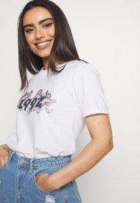 Missguided Petite - CHERUB - Camiseta estampada - white - 3