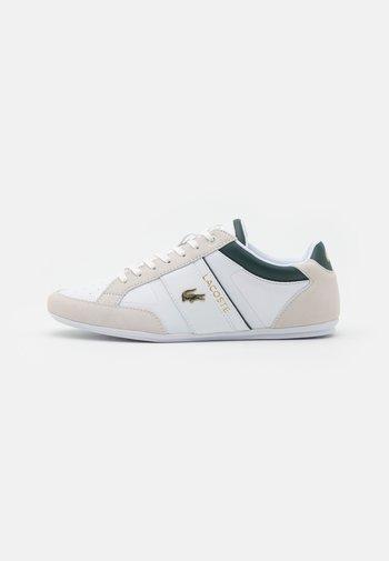 CHAYMON - Sneakersy niskie - white/dark green